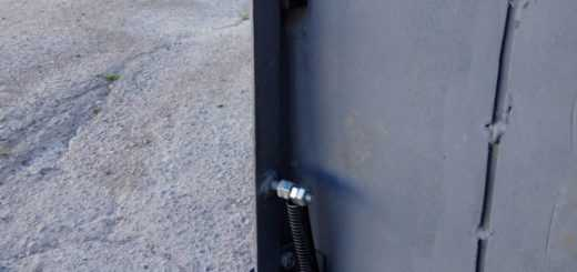 Крепление петель и запора гаражных ворот